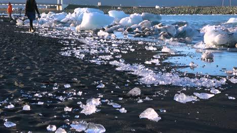 Icebergs-Se-Sientan-En-La-Playa-De-Diamantes-De-Arena-Negra-Jokulsarlon-En-El-ártico-Islandia-Pulidos-Y-Relucientes-Como-Joyas-5-Icebergs-Se-Sientan-En-La-Playa-De-Diamantes-De-Arena-Negra-Jokulsarlon-En-El-ártico-Islandia-Pulidos-Y-Relucientes-Como-Joyas-5