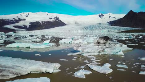 Antena-Lenta-A-Través-De-La-Enorme-Laguna-Glaciar-Llena-De-Icebergs-En-Fjallsarlon-Islandia-Sugiere-Calentamiento-Global-Y-Cambio-Climático-2