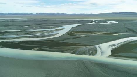 Antena-Del-Patrón-De-Deslave-Y-Flujo-De-Un-Río-Glacial-En-Una-Remota-Región-Montañosa-De-Islandia-2
