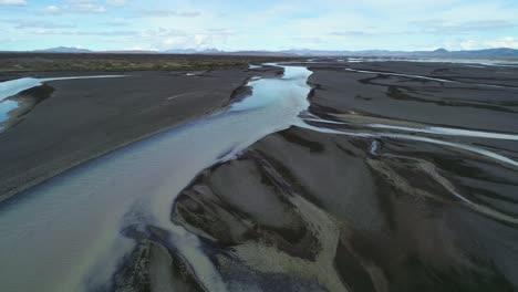 Antena-Del-Patrón-De-Deslave-Y-Flujo-De-Un-Río-Glacial-En-Una-Remota-Región-Montañosa-De-Islandia-6