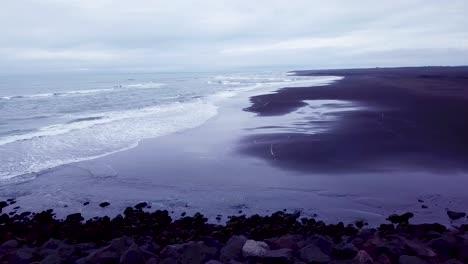 Eindringliche-Schöne-Antenne-über-Einem-Schwarzen-Sandstrand-In-Südisland