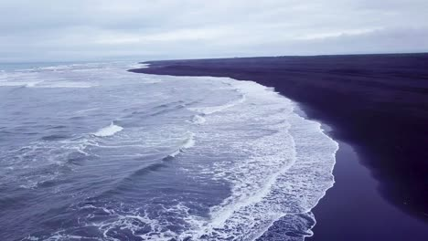 Inquietante-Hermosa-Antena-Sobre-Una-Playa-De-Arena-Negra-En-El-Sur-De-Islandia-2