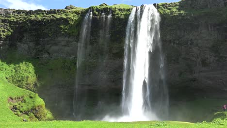The-incredible-Seljalandsfoss-waterfall-in-iceland-falls-over-a-spectacular-cliff