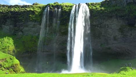 La-Increíble-Cascada-Seljalandsfoss-En-Islandia-Cae-Sobre-Un-Espectacular-Acantilado-1