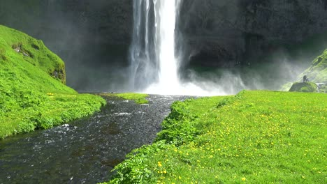 The-incredible-Seljalandsfoss-waterfall-in-iceland-falls-over-a-spectacular-cliff-2