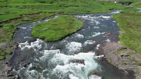 Antena-Inversa-De-Una-Cascada-Genérica-En-Islandia-Cayendo-Sobre-Escarpados-Acantilados