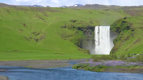The-beautiful-Sk_____'gafoss-waterfall-in-iceland-falls-over-a-spectacular-cliff-1