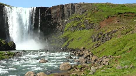 Pan-De-Una-Hermosa-Cascada-Genérica-En-Islandia
