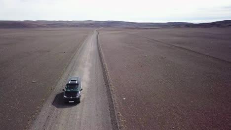 Sehr-Gute-Antenne-Eines-Schwarzen-Lieferwagens-Der-Auf-Einer-Unbefestigten-Straße-Durch-Das-Hochland-Innere-Islands-Fährt