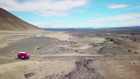 Antena-De-Un-Raro-Land-Rover-101-Rosa-Conduciendo-A-Través-De-Las-Tierras-Altas-De-La-Desolada-Islandia-2