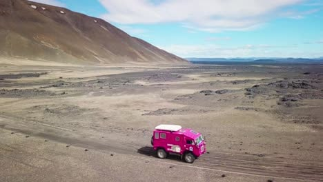 Antenne-Eines-Seltenen-Rosafarbenen-Land-Rover-101-Der-Durch-Das-Outback-Hochland-Des-Trostlosen-Island-Fährt-3