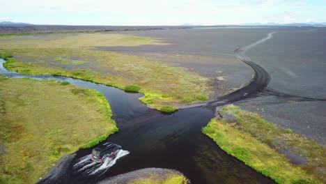 Antena-Sobre-Una-Camioneta-Negra-Conduciendo-A-Través-De-Un-Río-En-Las-Tierras-Altas-De-Islandia-1