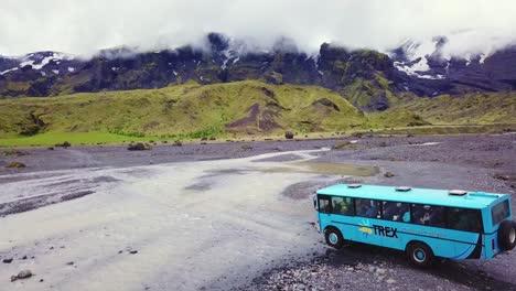 Antena-Sobre-Un-Autobús-Que-Atraviesa-Un-Río-En-Las-Tierras-Altas-De-Islandia