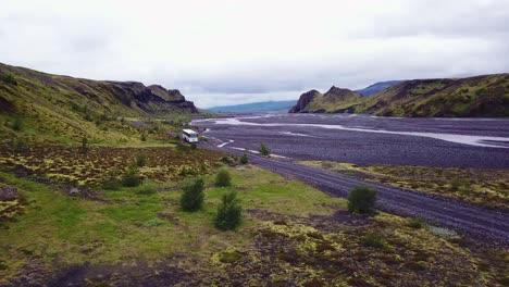 Antena-Sobre-Un-Autobús-Que-Circula-Junto-A-Un-Río-En-Las-Tierras-Altas-De-Islandia
