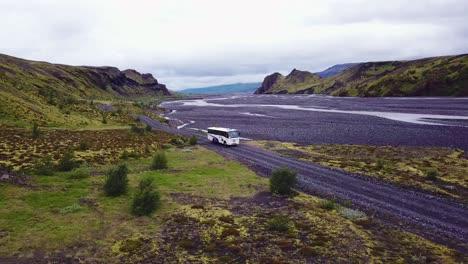 Antena-Sobre-Un-Autobús-Que-Circula-Junto-A-Un-Río-En-Las-Tierras-Altas-De-Islandia-1