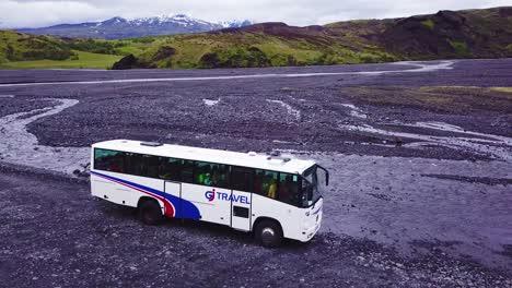 Antena-Sobre-Un-Autobús-Que-Atraviesa-Un-Río-En-Las-Tierras-Altas-De-Islandia-1