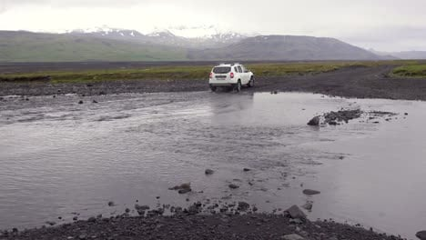 A-SUV-drives-through-a-río-in-the-remote-highlands-of-Iceland
