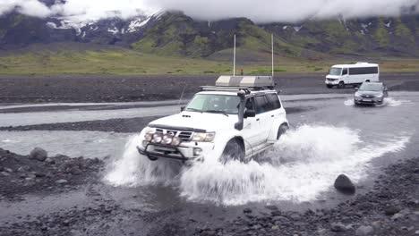Un-Toyota-Land-Cruiser-4wd-Conduce-A-Través-De-Un-Río-En-Las-Tierras-Altas-De-Remopte-De-Islandia-Cerca-De-Thorsmork-1