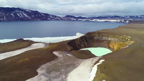 Hermosa-Antena-Sobre-Una-Enorme-Caldera-En-La-Región-De-Askja-De-Islandia-Desoladas-Tierras-Altas-1