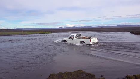 Una-Vieja-Camioneta-Atraviesa-Un-Río-En-Las-Remotas-Tierras-Altas-De-Islandia-