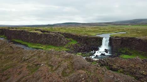 Hermosa-Antena-De-La-Cordillera-Del-Atlántico-Medio-Que-Atraviesa-Thingvellir-Islandia
