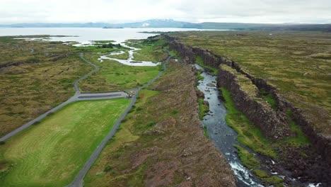 Hermosa-Antena-De-La-Cordillera-Del-Atlántico-Medio-Que-Atraviesa-Thingvellir-Islandia-9