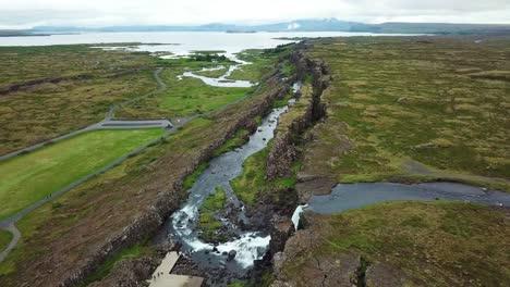 Hermosa-Antena-De-La-Cordillera-Del-Atlántico-Medio-Que-Atraviesa-Thingvellir-Islandia-11