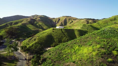 Antena-Sobre-Un-Tanque-De-Agua-De-Ladera-En-El-Sur-De-California