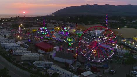 Antena-Al-Atardecer-Sobre-Una-Gran-Feria-Y-Recinto-Ferial-Del-Condado-Con-Noria-Feria-Del-Condado-De-Ventura