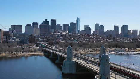 Antenne-Zur-Einrichtung-Der-Skyline-Der-Stadt-Von-Boston-Massachusetts-Mit-Longfellow-Bridge-Und-U-Bahn-Ãœberquerung-5