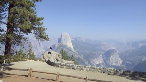 La-Gente-Ve-Half-Dome-Y-La-Alta-Sierra-De-La-Cordillera-De-Washburn-Point-El-Parque-Nacional-De-Yosemite-California