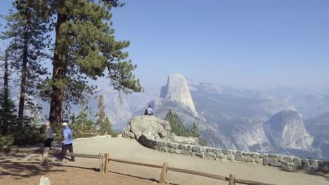 La-Gente-Ve-La-Mitad-De-La-Cúpula-Y-La-Alta-Sierra-De-La-Cordillera-De-Washburn-Point-El-Parque-Nacional-De-Yosemite-California-2