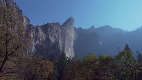 Bridalveil-Falls-Visto-Desde-El-Suelo-Del-Valle-Es-Un-Goteo-Lento-Durante-La-Temporada-De-Otoño-En-El-Parque-Nacional-De-Yosemite-CA