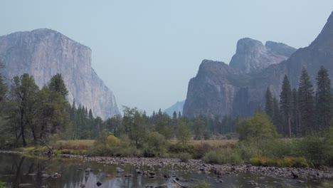 Panorámica-Horizontal-El-Capitán-Rocas-De-La-Catedral-Del-Río-Merced-Y-El-Valle-De-Yosemite-El-Parque-Nacional-De-Yosemite-California