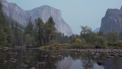 Pan-Horizontal-El-Capitan-La-Catedral-Del-Río-Merced-Rocas-Y-El-Valle-De-Yosemite-El-Parque-Nacional-De-Yosemite-California-1