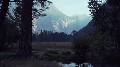 La-Luz-De-La-Madrugada-Rastrilla-Una-Pared-De-Granito-En-El-Valle-De-Yosemite-El-Parque-Nacional-De-Yosemite-California