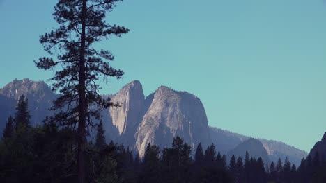 Alejar-La-Luz-De-La-Mañana-Temprano-Rastrillando-Una-Pared-De-Granito-En-El-Valle-De-Yosemite-El-Parque-Nacional-De-Yosemite-California-1