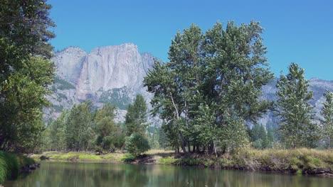 Pan-Horizontal-Río-Merced-Y-Paredes-De-Granito-Del-Valle-De-Yosemite-Desde-El-Puente-Giratorio-Del-Parque-Nacional-De-Yosemite-California