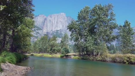 Pan-Horizontal-Río-Merced-Y-Paredes-De-Granito-Del-Valle-De-Yosemite-Desde-El-Puente-Colgante-Parque-Nacional-De-Yosemite-California-1