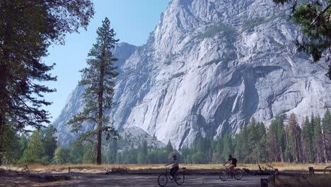 Un-Grupo-De-Ciclistas-En-Un-Paseo-Recreativo-En-El-Valle-De-Yosemite-En-Un-Soleado-Día-De-Otoño-El-Parque-Nacional-De-Yosemite-California