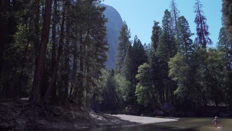 Un-Niño-Juega-En-Las-Tranquilas-Aguas-Del-Río-Merced-En-Un-Soleado-Día-De-Otoño-En-El-Valle-De-Yosemite-Yosemite-NP-CA