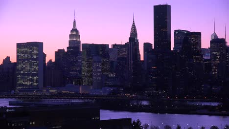 Beautiful-dusk-or-night-shot-of-the-New-York-Manhattan-skyline-3