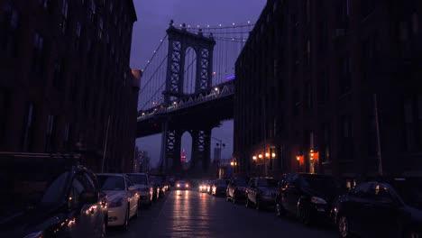 Una-Bonita-Vista-De-Una-Calle-De-Brooklyn-Nueva-York-Con-El-Fondo-Del-Puente-Y-Apartamentos-En-Primer-Plano-1