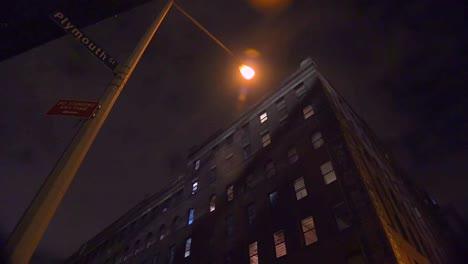 Weitwinkelaufnahme-Eines-Apartmentkomplexes-In-New-York-Oder-Brooklyn-In-Einem-Lagerviertel-In-Der-Nacht-2