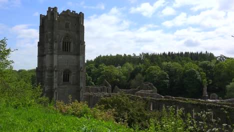 Una-Catedral-Abandonada-De-La-Abadía-De-Rievaulx-Surge-Del-Bosque-En-Gran-Bretaña