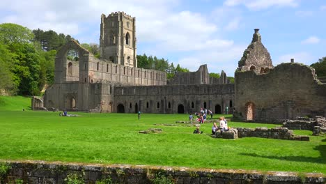 Una-Catedral-Abandonada-De-La-Abadía-De-Las-Fuentes-Con-Personas-Que-Tienen-Picnics-En-Primer-Plano