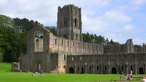 Una-Catedral-Abandonada-De-La-Abadía-De-Las-Fuentes-Con-Personas-Que-Tienen-Picnics-En-Primer-Plano-1