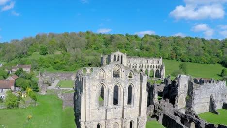 A-rising-reveal-vista-aérea-shot-of-Rievaulx-Abbey-in-England