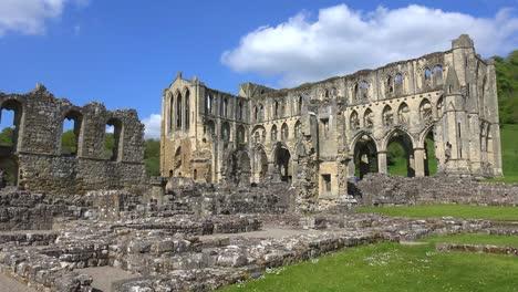 Eine-Einleitende-Aufnahme-Der-Verlassenen-Kathedrale-Von-Rievaulx-Abbey-In-England-