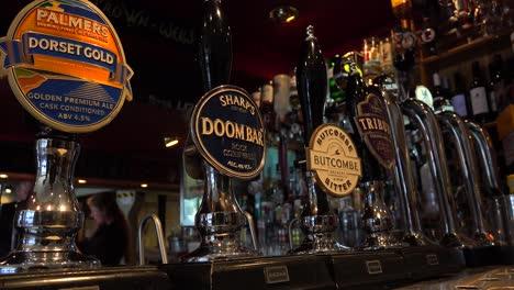 Eine-Nahaufnahme-Von-Bierhähnen-In-Einem-Englischen-Pub-